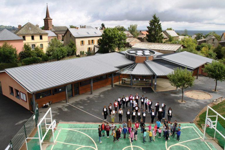 Vue aérienne des élèves de l'école de Mayran
